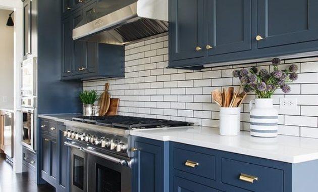 kitchen-color-carpet-sajadah-wooden-floor-black-wooden-cabinet-knives-flower-vase-exhausted-oven